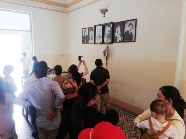 Tầng 2 ngôi nhà với trung tâm là một gian phòng có bàn thờ ông bà Hội đồng Trạch và di ảnh của Công tử Bạc Liêu.