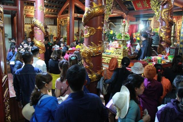 Du khách chen chúc đò đêm vào Chùa Hương chờ khai hội  - 11