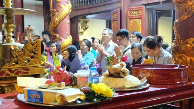 Du khách chen chúc đò đêm vào Chùa Hương chờ khai hội  - 12