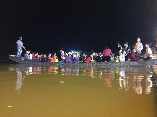 Du khách chen chúc đò đêm vào Chùa Hương chờ khai hội  - 3