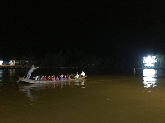 Du khách chen chúc đò đêm vào Chùa Hương chờ khai hội  - 5