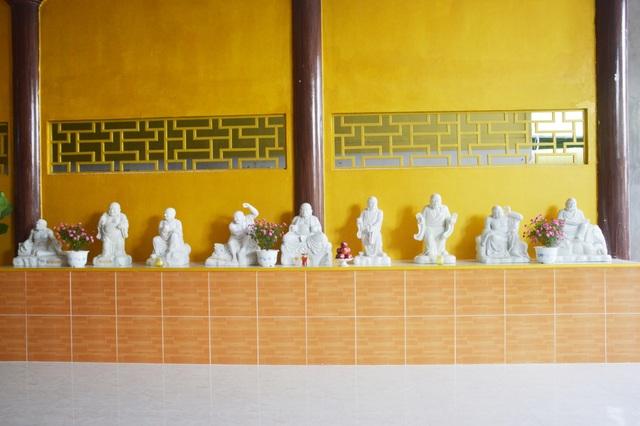 Nhiều pho tượng đá trong chùa.