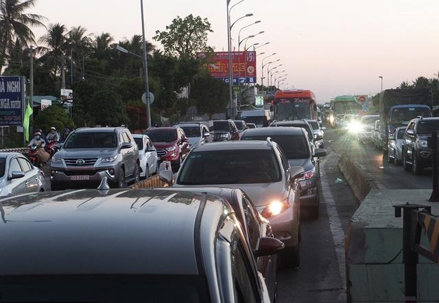 -ô tô xếp hàng dài trên QL60 đoạn qua trạm thu phí BOT cầu Rạch Miễu