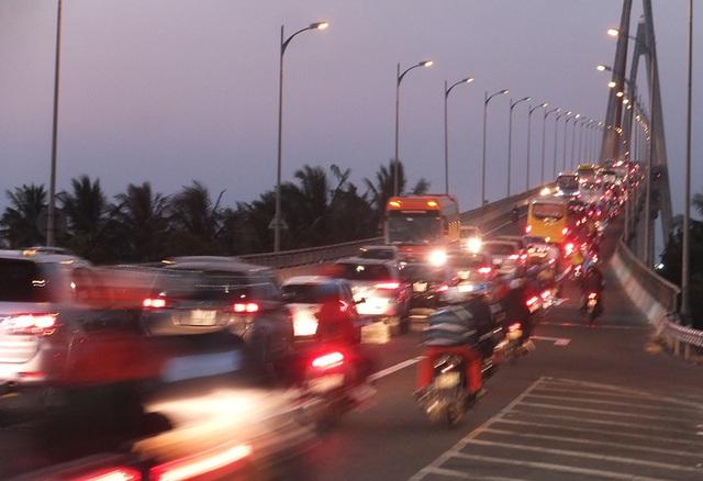 Hơn 20h cầu Mỹ Thuận (Tiền Giang) xe vẫn kẹt cứng