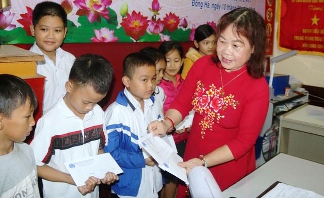Quảng Trị: Trao học bổng đến học sinh, sinh viên nghèo hiếu học dịp đầu xuân - 1