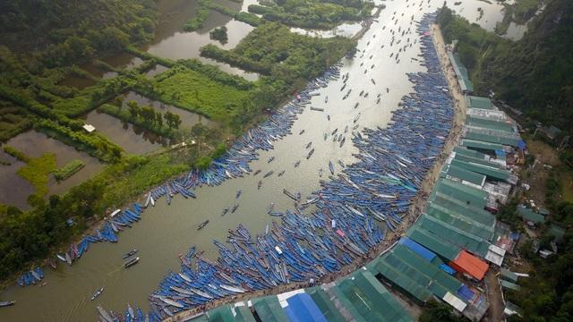 50.000 du khách đổ về chùa Hương ngày khai hội - 1
