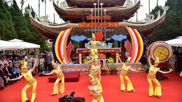 50.000 du khách đổ về chùa Hương ngày khai hội - 4