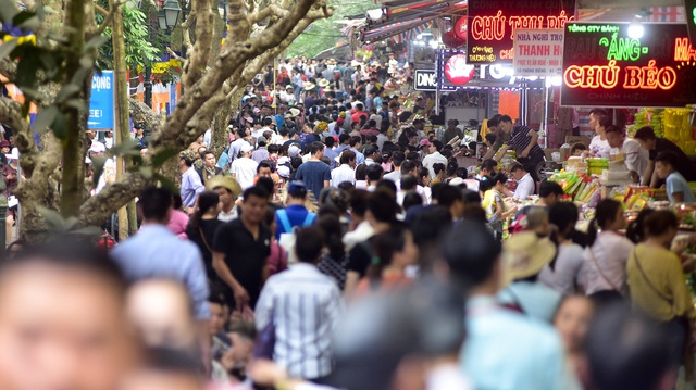 50.000 du khách đổ về chùa Hương ngày khai hội - 3
