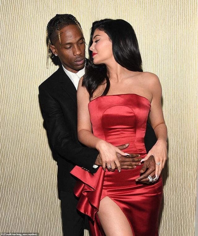Kylie Jenner tình tứ bên Travis Scott - 1