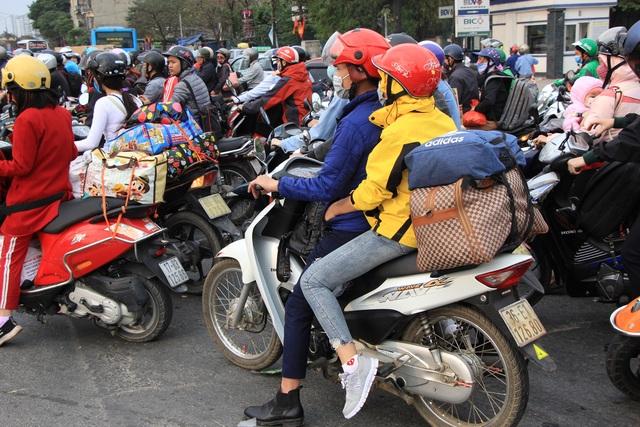Tắc nghẹt đường về Hà Nội ngày mùng 6 Tết - 8
