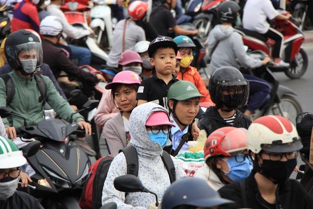 Tắc nghẹt đường về Hà Nội ngày mùng 6 Tết - 12