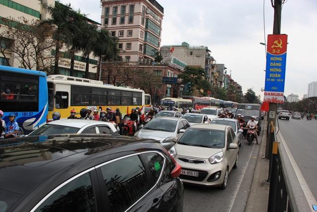 Tắc nghẹt đường về Hà Nội ngày mùng 6 Tết - 4