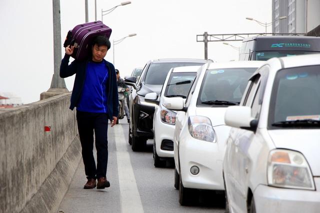 Tắc nghẹt đường về Hà Nội ngày mùng 6 Tết - 15