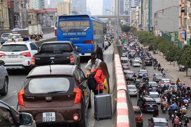 Tắc nghẹt đường về Hà Nội ngày mùng 6 Tết - 1