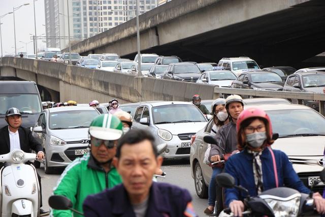 Tắc nghẹt đường về Hà Nội ngày mùng 6 Tết - 17