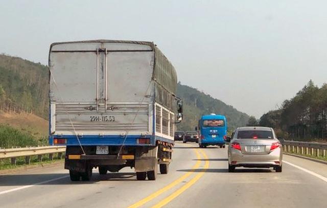 """Ô tô """"đua nhau"""" vượt ẩu trên cao tốc Nội Bài - Lào Cai - 3"""