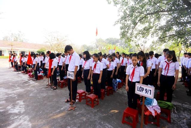 Toàn thể học sinh của trường dành phút mặc niệm tưởng nhớ các học sinh đuối nước
