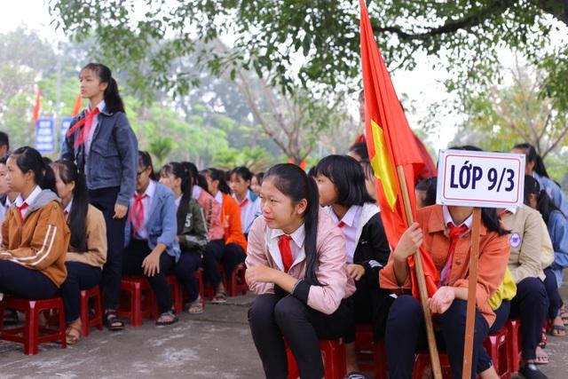 Các em học sinh trường THCS Nguyễn Duy Hiệu khóc thương bạn mình tử nạn.