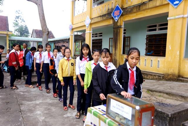 Các em học sinh trường THCS Nguyễn Duy Hiệu quyên góp ủng hộ gia đình các bạn gặp nạn