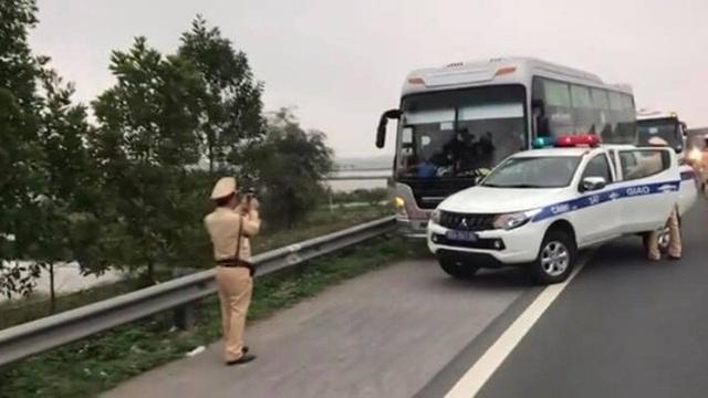 CSGT truy đuổi xe nhồi khách suốt quãng đường hơn 30km - 1