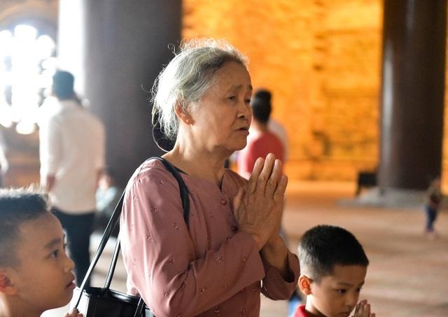 Hàng nghìn người đổ về ngôi chùa chưa xây xong ở Hà Nam - 13
