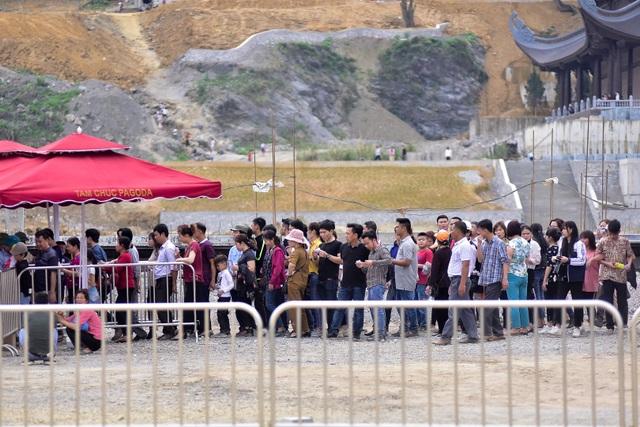Hàng nghìn người đổ về ngôi chùa chưa xây xong ở Hà Nam - 15