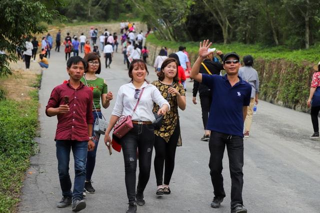 Hàng nghìn người đổ về ngôi chùa chưa xây xong ở Hà Nam - 10