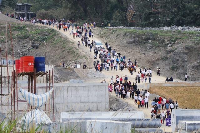 Hàng nghìn người đổ về ngôi chùa chưa xây xong ở Hà Nam - 4