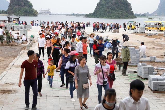 Hàng nghìn người đổ về ngôi chùa chưa xây xong ở Hà Nam - 9