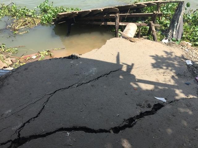 Đường ven sông Hậu nứt dài 70m, đe dọa ngôi nhà 5 tầng - 2