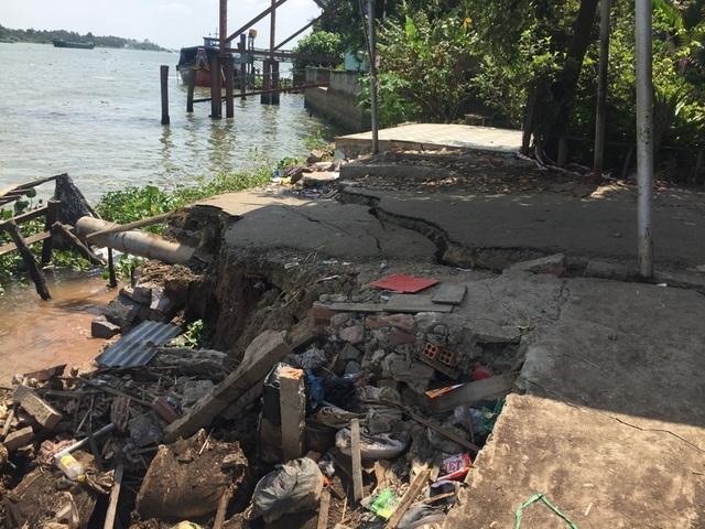 Đường ven sông Hậu nứt dài 70m, đe dọa ngôi nhà 5 tầng - 1