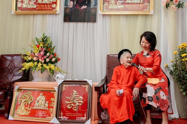 Cụ bà 106 tuổi hát, đọc thơ trong lễ mừng thọ của mình - 3