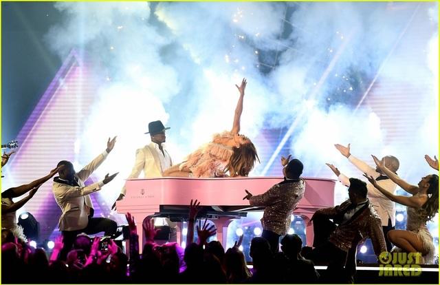 Jennifer Lopez bốc lửa trên sân khấu Grammy 2019 - 18