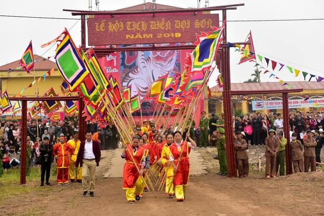 Đoàn rước linh vị Vua Lê Đại Hành từ chùa Long Đọi Sơn xuống nơi làm lễ Tịch điền