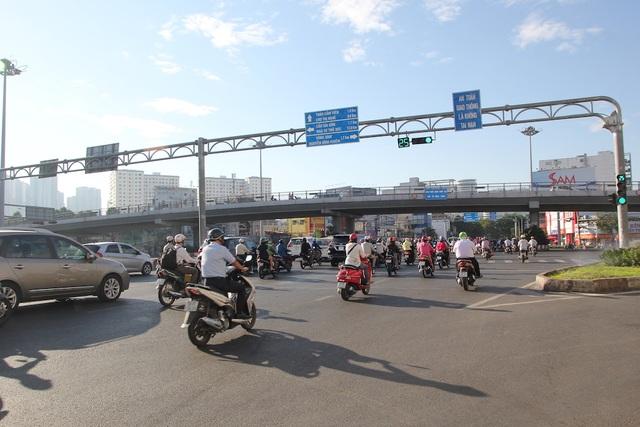 Đường phố Sài Gòn thênh thang đến lạ trong ngày làm việc đầu năm - 11