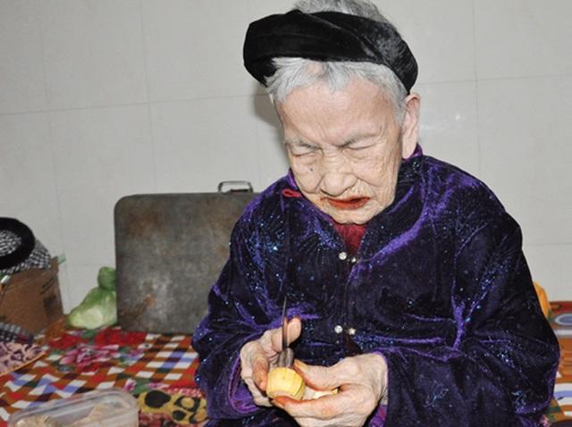 Cụ bà 106 tuổi hát, đọc thơ trong lễ mừng thọ của mình - 4