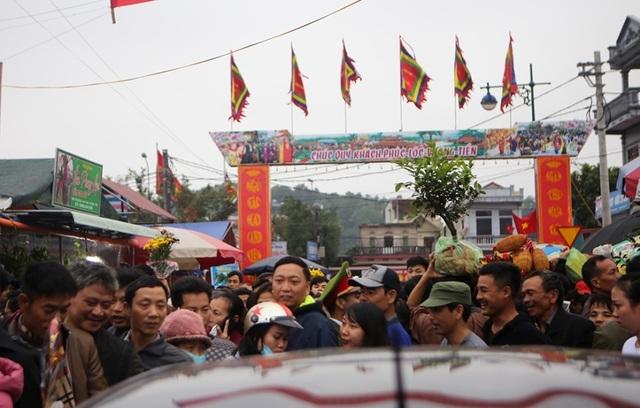 Hàng vạn người đổ về phiên chợ mua may bán rủi ở Nam Định - 4