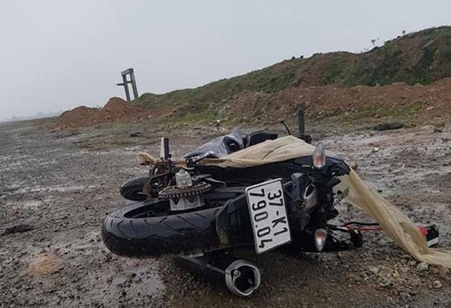 Thi thể nam thanh niên nằm cạnh chiếc xe máy vỡ nát - 1