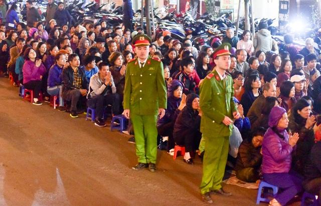 Hàng nghìn người ngồi lòng đường hành lễ giải hạn chùa Phúc Khánh - 13