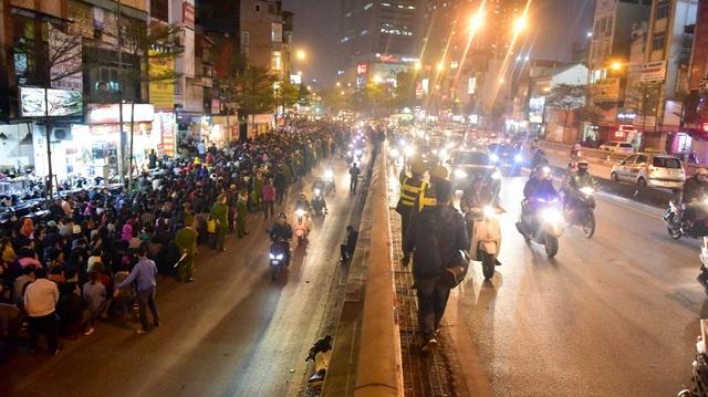 Hàng nghìn người ngồi lòng đường hành lễ giải hạn chùa Phúc Khánh - 11