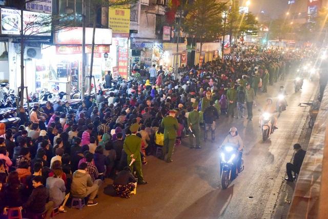 Hàng nghìn người ngồi lòng đường hành lễ giải hạn chùa Phúc Khánh - 2