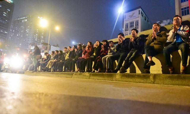 Hàng nghìn người ngồi lòng đường hành lễ giải hạn chùa Phúc Khánh - 7
