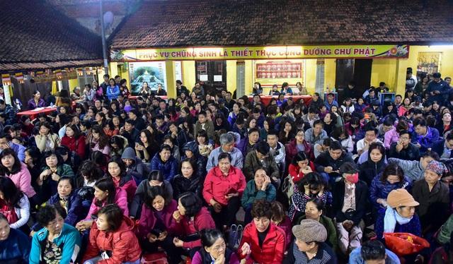 Hàng nghìn người ngồi lòng đường hành lễ giải hạn chùa Phúc Khánh - 1