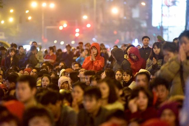Hàng nghìn người ngồi lòng đường hành lễ giải hạn chùa Phúc Khánh - 5