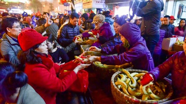 Hàng nghìn người ngồi lòng đường hành lễ giải hạn chùa Phúc Khánh - 12