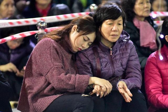 Hàng nghìn người ngồi lòng đường hành lễ giải hạn chùa Phúc Khánh - 4