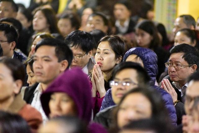 Hàng nghìn người ngồi lòng đường hành lễ giải hạn chùa Phúc Khánh - 6