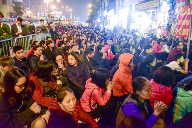 Hàng nghìn người ngồi lòng đường hành lễ giải hạn chùa Phúc Khánh - 3