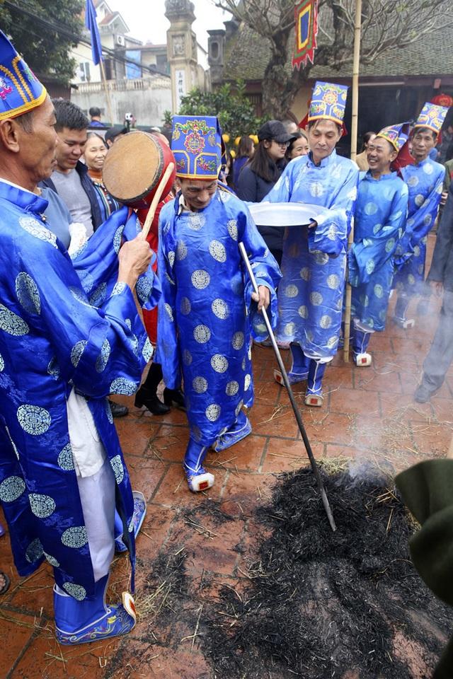 Tạo lửa theo cách cổ xưa để nấu cơm thi ở Hà Nội - 12