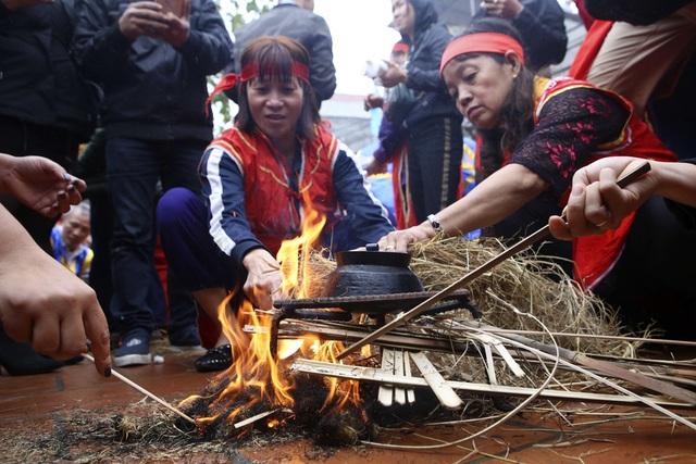 Tạo lửa theo cách cổ xưa để nấu cơm thi ở Hà Nội - 4